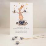 Postkaart+ketting kopje Met een lach