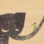 Houten postkaart 'boy on elephant'